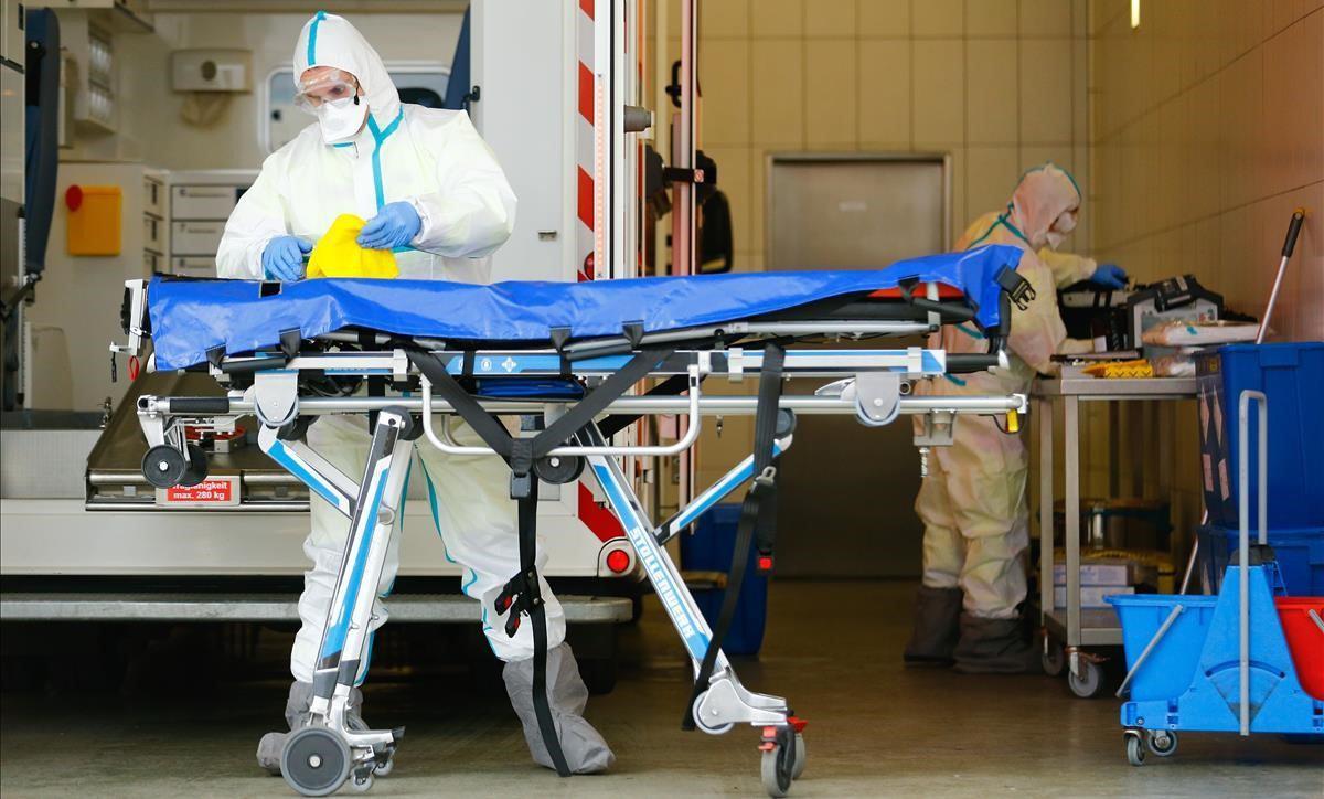 miembros-los-servicios-rescate-muestran-forma-desinfectar-una-ambulancia-para-evitar-propagacion-del-coronavirus-este-jueves-ciudad-alemana-colonia-1584636152569