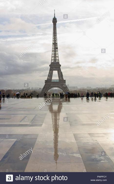 francia-paris-trocadero-plaza-de-los-derechos-humanos-los-turistas-en-la-lluvia-pwpfcy